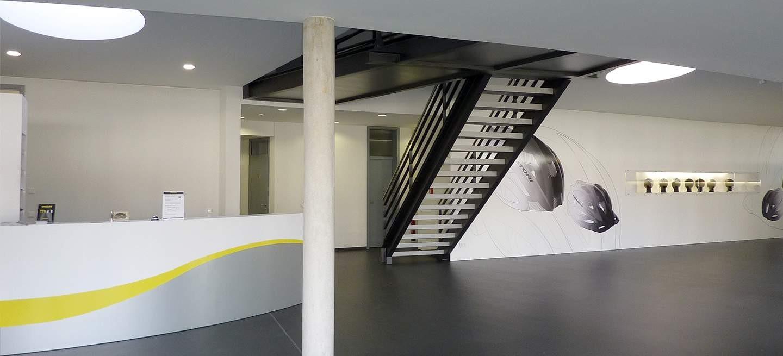 Stahltreppe bei dem Helmhersteller Cratoni in Stuttgart. Die lackierte Stahltreppe mit U-Stahlwangen schließt im 1.OG an eine aufgehängte Stahlrücke an.