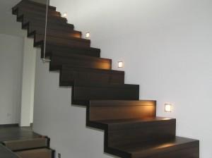 Geländerlose Treppe in Faltwerkoptik