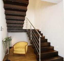 Holz-Faltwerktreppe aus Nussbaum in Faltwerk-Optik