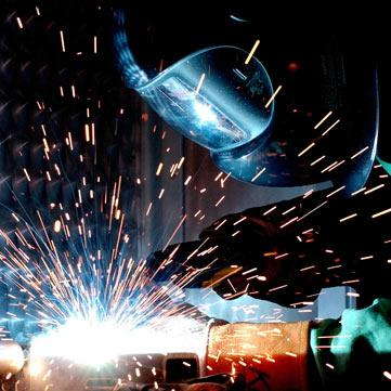 Metallbauer beim Schweißen einer Stahltreppe.