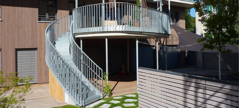 Feuerverzinkte Stahltreppe im Außenbereich mit Tritt- und Setzstufen. Die Treppe aus Stahl fügt sich exakt in die Linienführung des Garten einen und jede Form fließt in die Nächste.