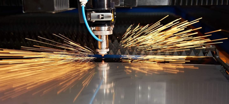 Moderne Lasermaschinen die im Metallbau eingesetzt wird um Teile aus Stahl und Edelstahl zu schneiden.