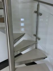 Treppe aus Edelstahl mit Glasgeländer