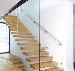 Kragarmtreppe mit Holzstufen. Moderne Designtreppe für den Wohnbau