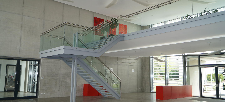 Stahltreppen mit Glasgeländer